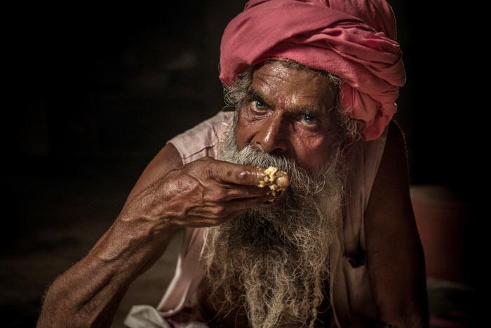 Sadhu_eating700
